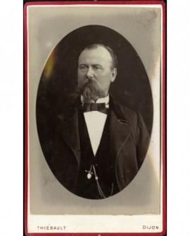 Portrait d'un homme à barbe et moustache