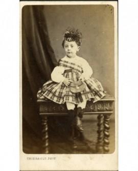 Petit garçon en kilt et tartan, assis sur une table
