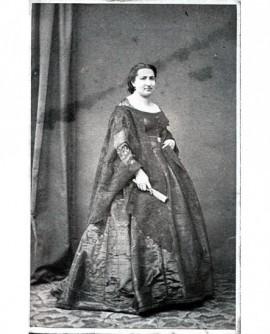 Femme debout en robe tenant un éventail