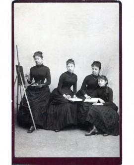 Quatre femmes posant en robe noire, une peintre