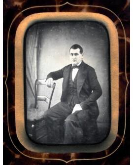 Portrait d'un homme assis appuyé à une chaise. daguerréotype