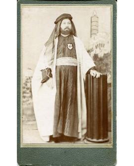 Homme habillé en arabe sur un fond peint