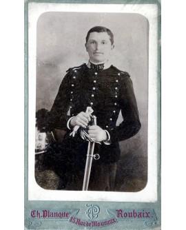 Militaire posant debout avec sabre et gants