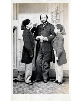 Homme posant debout, probablement avec ses deux fils