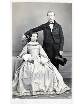 Couple posant en grande tenue