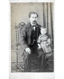 Homme assis posant avec un enfant