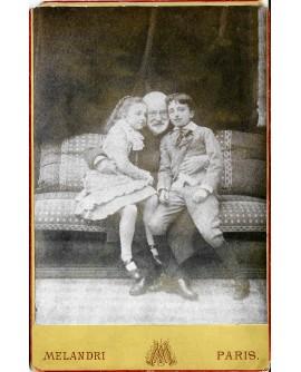 Victor Hugo posant avec ses deux petits enfants