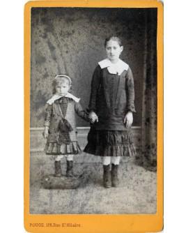 Deux fillettes se tenant la main