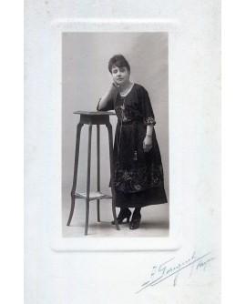 Femme debout appuyée à une console
