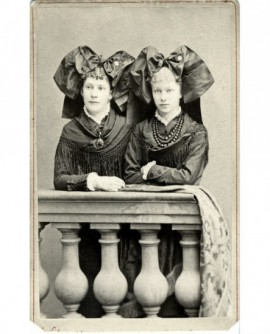 Deux femmes en costume traditionnel alsacien