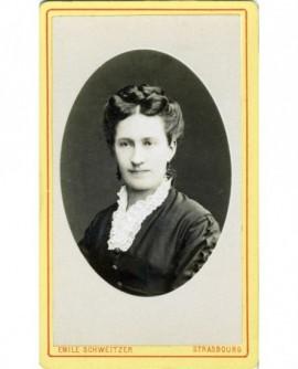 Portrait en médaillon d'une femme au col de dentelle