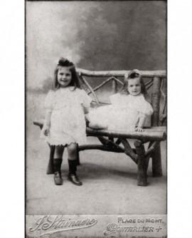Deux petites filles en robe blanche
