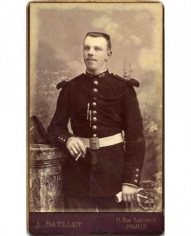 Militaire (gendarme) avec fourragère, gants et cigarette
