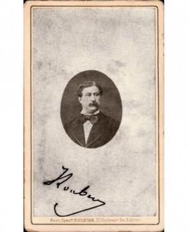 Portrait d'homme moustachu en petit médaillon.