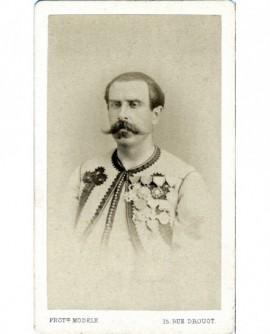 Militaire moustachu décoré, tête nue ( Charette)
