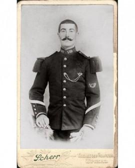 Militaire moustachu (caporal du149è chasseur) gants à la main