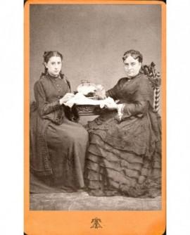 Deux femmes assises brodant (mère et fille?)