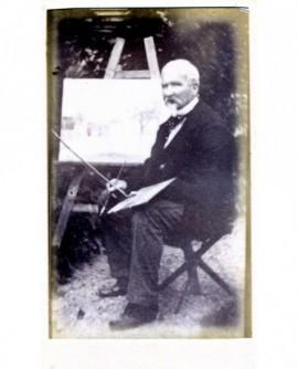 Peintre barbichu posant devant son chevalet