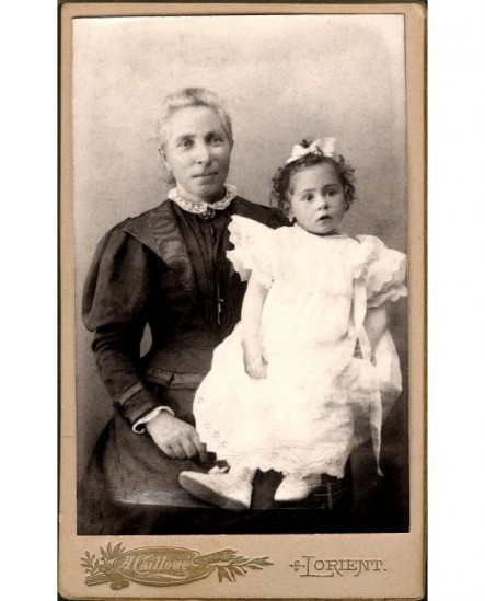 Femme avec fillette sur les genoux (nourrice ?)