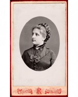 Portrait de jeune femme aux cheveux tressés en médaillon.