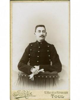 Portrait d'un militaire du 6è, tête nue, moustache en croc, ses gants à la main