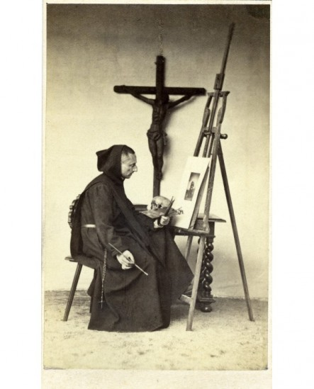 Moine bénédictin devant un crucifix, chevalet et pinceaux