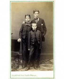Fratrie de 3 garçons, dont 2 en uniforme de collégien