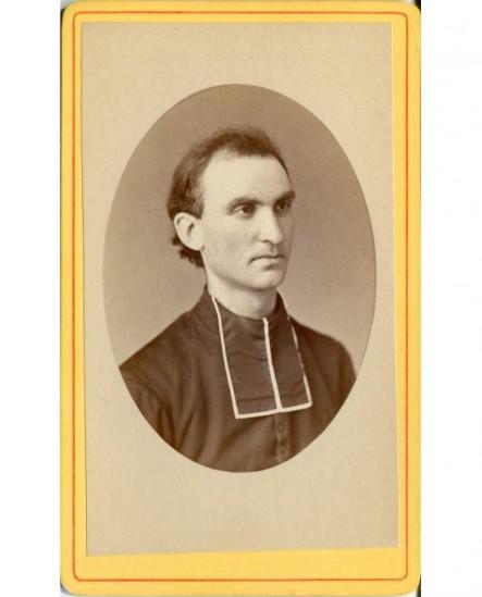 Portrait d\'un prêtre en médaillon