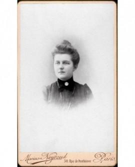 Portrait de jeune femme à robe plissée