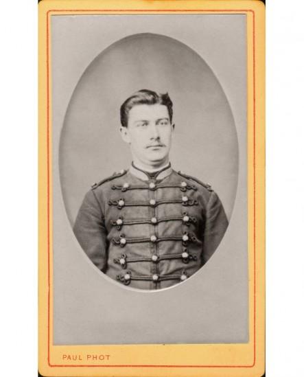 Portrait, en médaillon, d'un militaire moustachu (cavalier?)