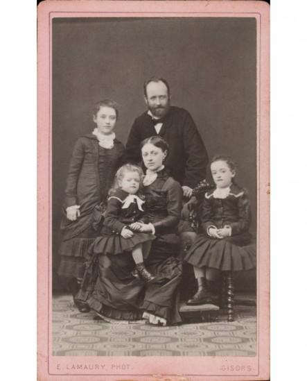 Père debout, mère assise entourés de leurs 3 enfants (2 filles et 1 garçon)