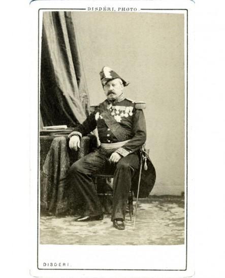 Général en bicorne assis, avec toutes ses décorations (Vinoy)