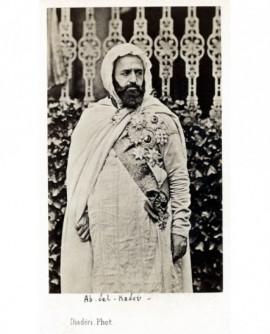 Emir Abd-el-Kader en djellaba avec ses décorations