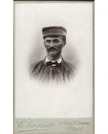 Portrait d'homme moustachu en blouse et casquette