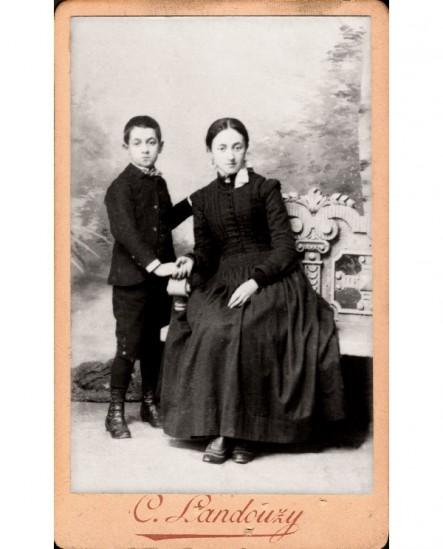 Jeune femme assise tenant la main d'un garçon
