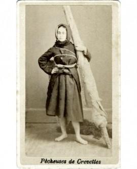 Femme debout pieds nus en ciré (marin, pêcheur de crevettes)