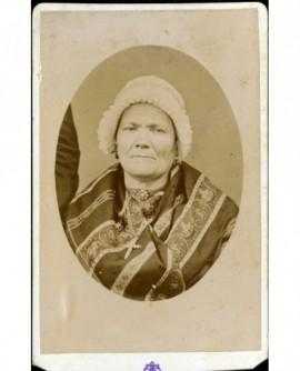 Portrait d'une femme âgée en coiffe et châle imprimé