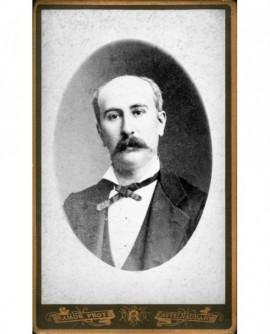 Portrait en médaillon d'homme moustachu
