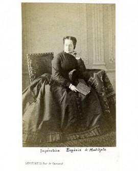 Femme en robe assise, livre à la main (Impératrice Eugénie)