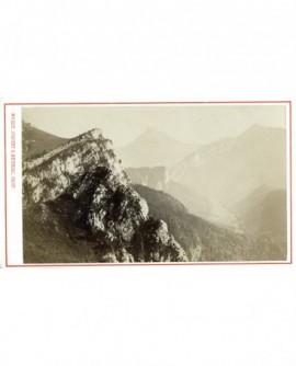 Paysage de montagne (Chartreuse?) au dessus d'une vallée