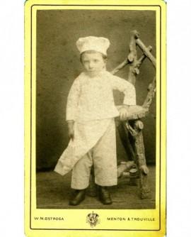 Enfant en costume demarmiton, avec toque et tablier
