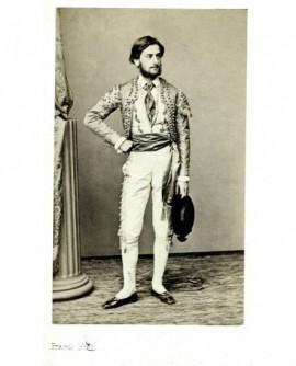 Homme barbu debout, en costume de gardian. Adolphe d'Eichthal