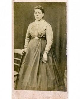 Femme debout en corsage et jupe