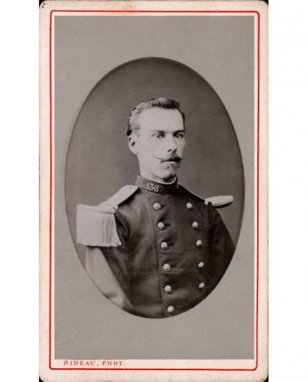 Militaire moustachu du 136è
