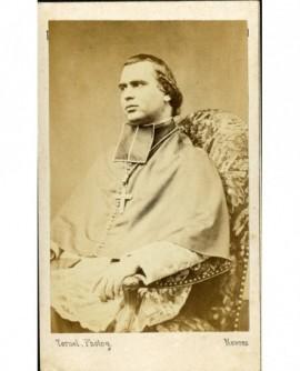 Evêque en calotte assis .Mgr de la Tour d'Auvergne