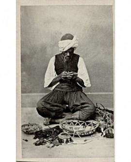 Homme fabriquant de paniers en palmier et des draps