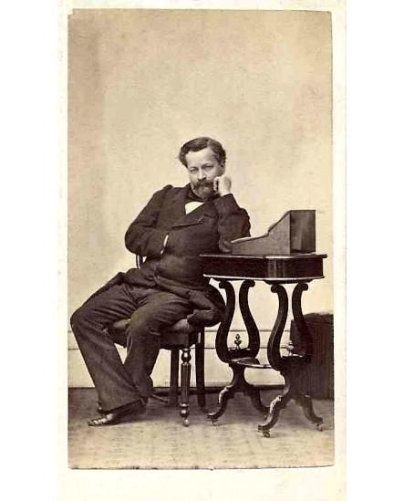 Homme à impériale assis accoudé à un écritoire
