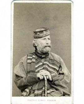 Portrait de Guiseppe Garibaldi en châle assis, canne à la main