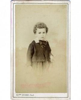 Portrait de garçonnet aux cheveux frisés