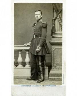 Militaire debout (grenadier de la Garde), appuyé sur un balustre